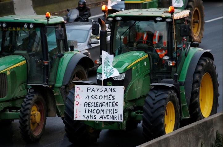 تراکتورها معترض در راه پاریس