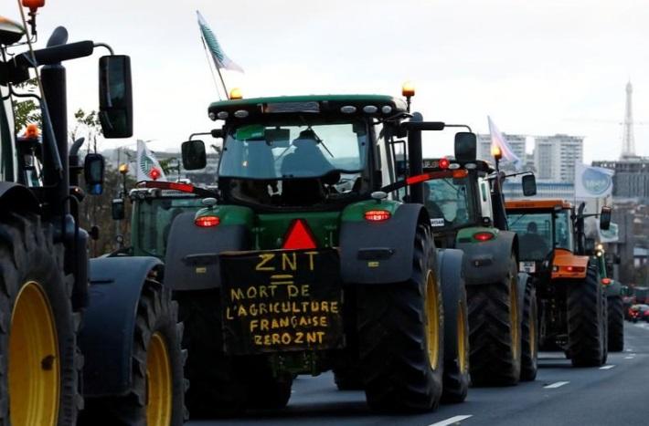 کشاورزان معترض فرانسه با تراکتور