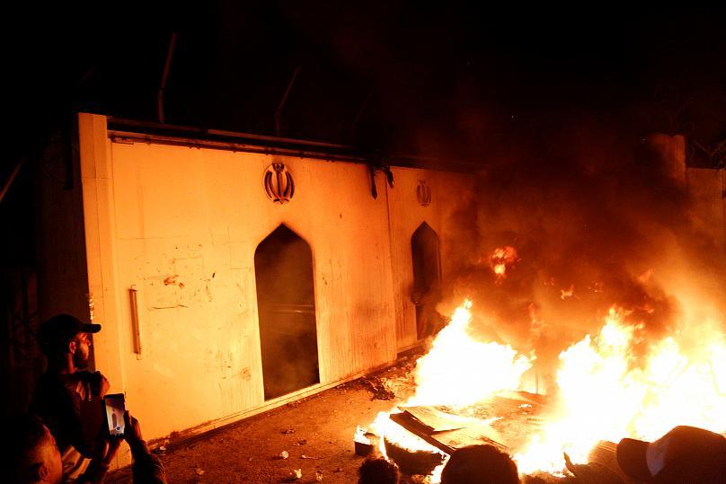 حمله به کنسولگری ایران در نجف (+عکس) / 47 زخمی / اعلام حکومت نظامی در نجف