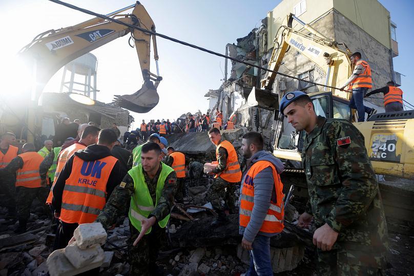 نجات آسیبدیدگان زلزله در آلبانی (+عکس)
