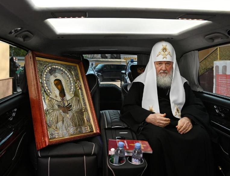 رهبر کلیسای ارتدکس در حال گزداندن شمایل مقدش در خیابان