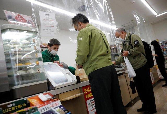 اجرای طرح فاصله گذاری اجتماعی در فروشگاههای ژاپن (+عکس)