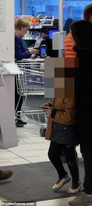 مرکل به خرید رفت (+عکس)