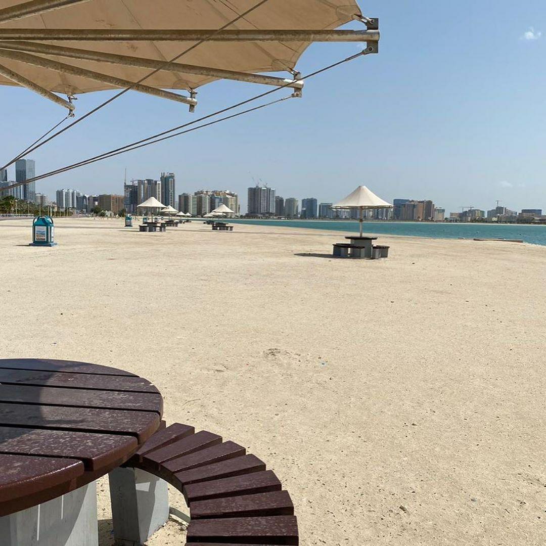 ساحل دبی خالی از افراد بعد از قرنطینه به دلیل کرونا