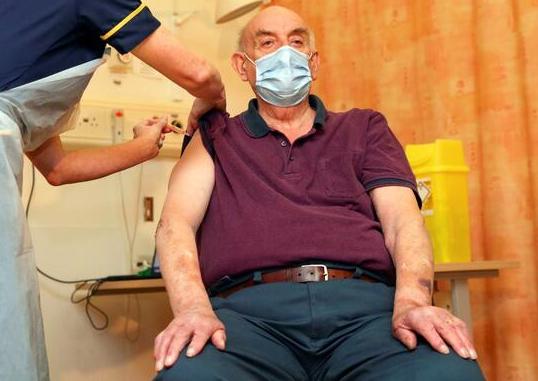 تزریق نخستین دوز واکسن کرونا آکسفورد به شهروند بریتانیایی (+عکس)