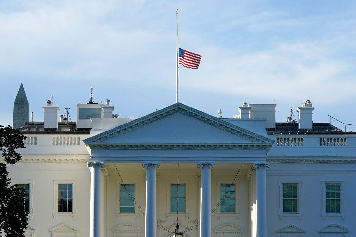 پرچمهای آمریکا به حالت نیمه افراشته درآمد