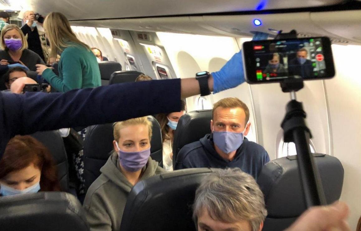 ناوالنی و همسرش در هواپیما