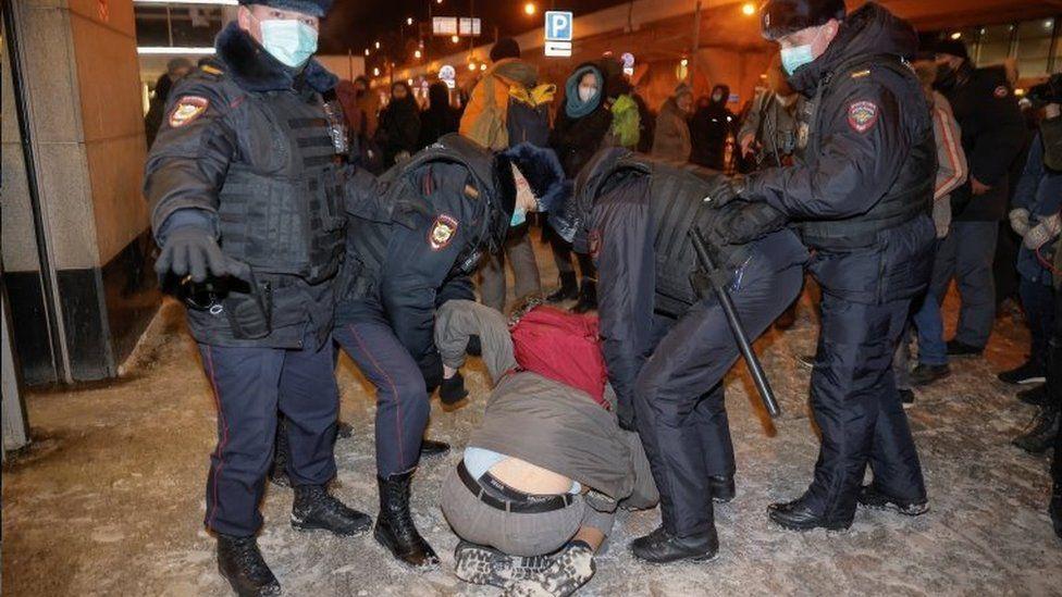 بازداشت ناوالنی حین ورود به روسیه/ پلیس حامیان او را دستگیر کرد