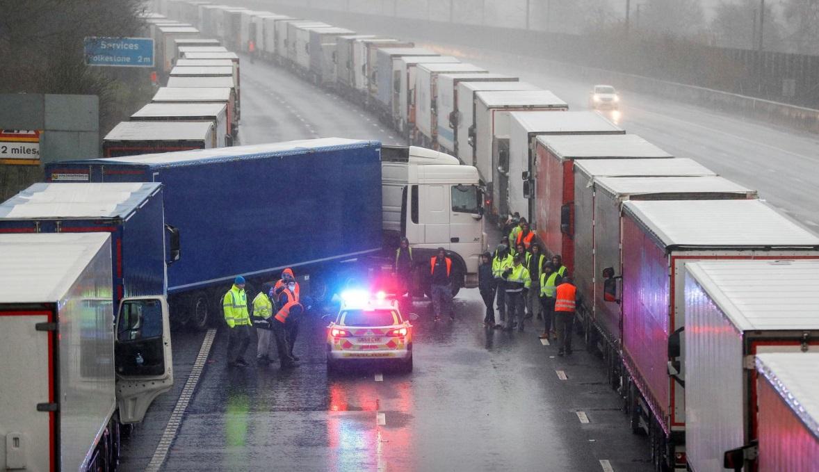 صف کامیونها برای عبور از مرز فرانسه