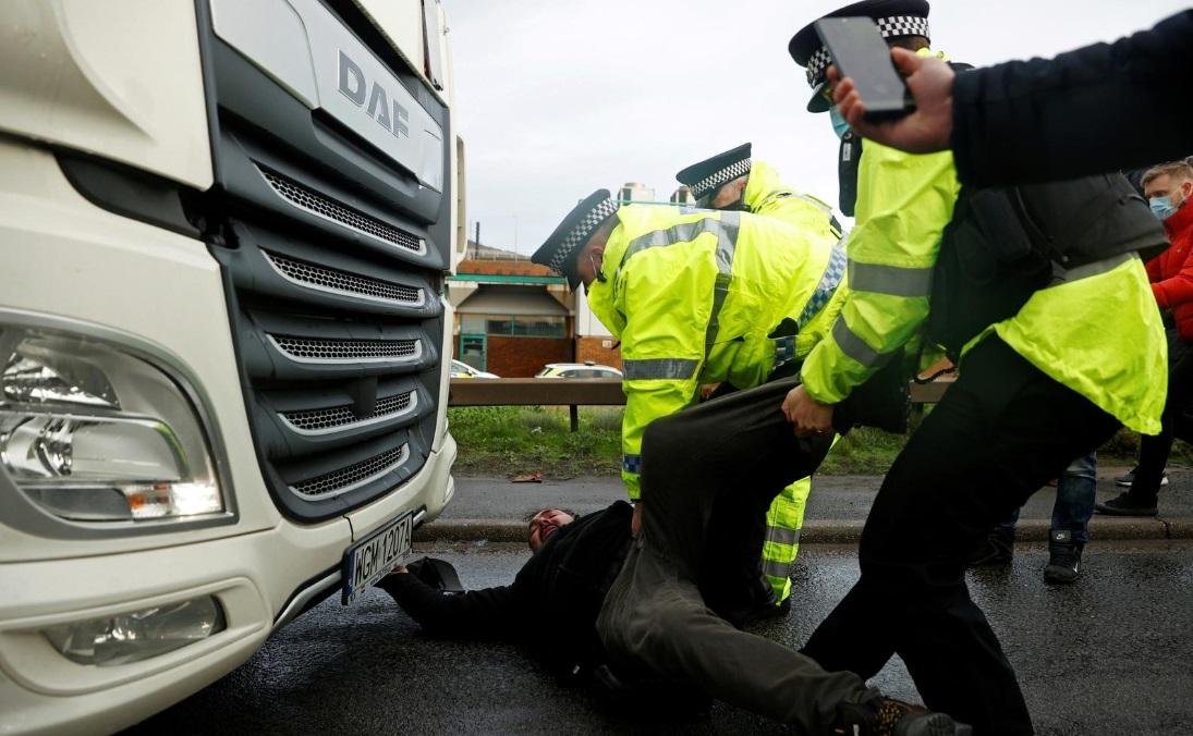 کرونای جدید؛ سرگردانی هزاران راننده کامیون برای خروج از مرز بریتانیا (+عکس)