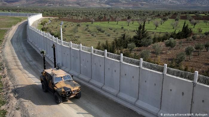 نصب دیوار حفاظتی ۵۶۰ کیلومتری ترکیه با ایران/ گورهای بینام و نشان پناهجویان در امتداد آن