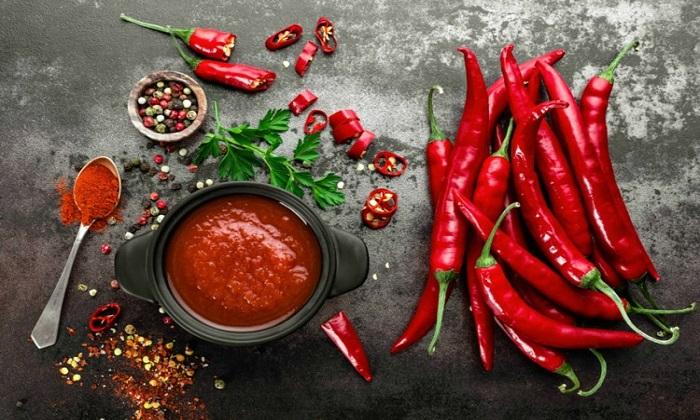 غذاهای تند و 5 خطر مصرف بیش از حد آنها