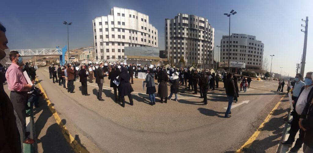 تجمع اعضای هیات علمی و کارکنان دانشگاه آزاد برای مطالبات (+عکس)