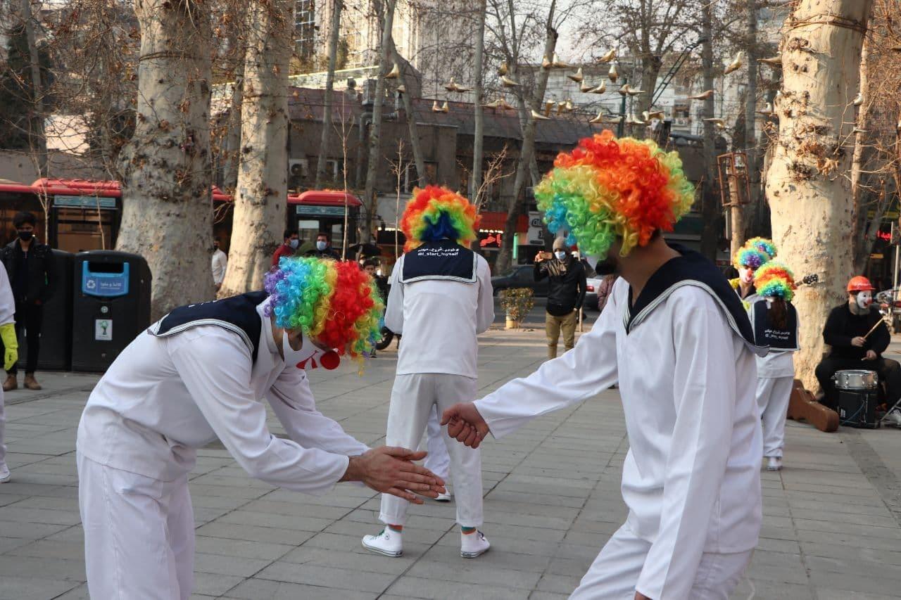 هنرمندانی که با لباسی خاص، برای مهار کرونا تلاش میکنند