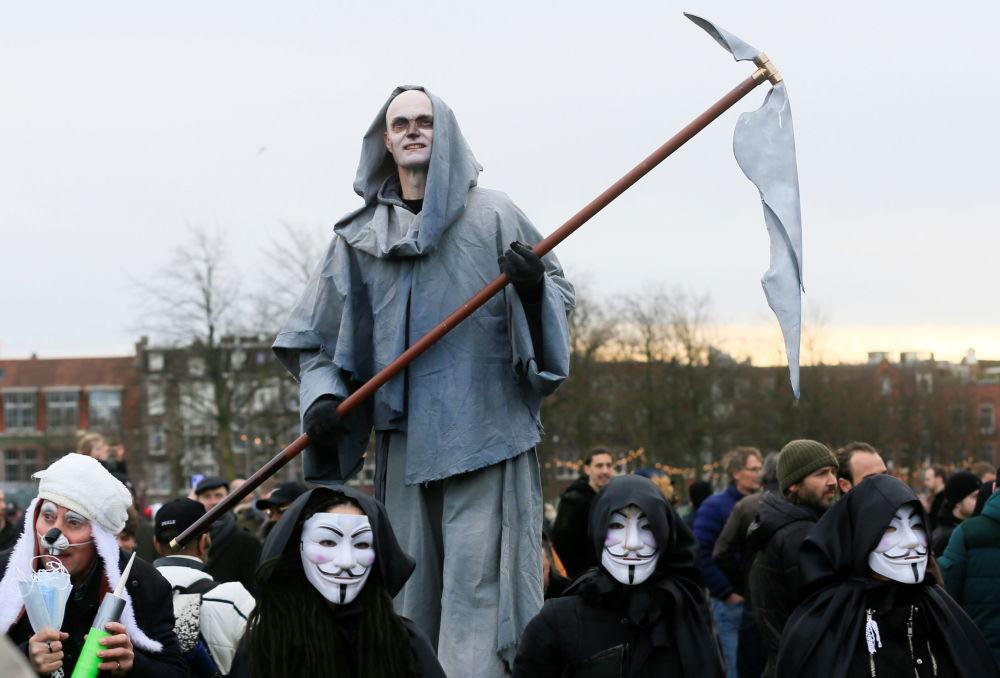 تظاهران به قوانین رفت و آمد در هلند/ بازداشت 100 نفر