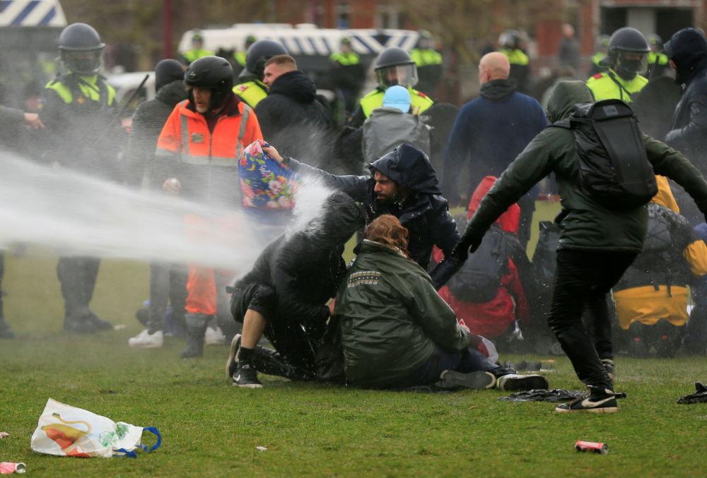 اب پر فشار علیه معترضان هلند