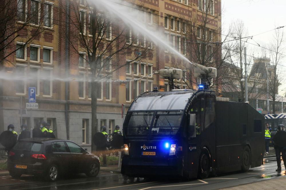خودروی آبپاش پلیس هلند