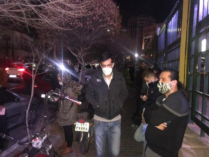 درگذشت میناوند و حضور هواداران مقابل بیمارستان (+عکس)