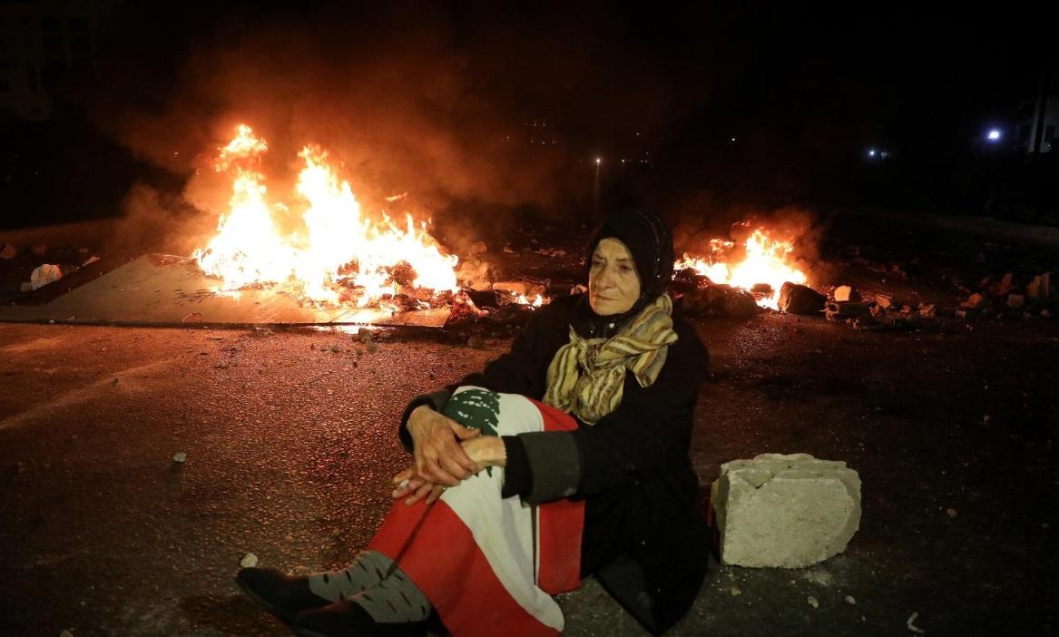 لبنان؛ بستن خیابانها در اعتراض گرانی (+عکس)