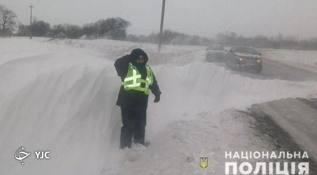 برف روبی جاده مرد اوکراینی سوژه شد (+عکس)