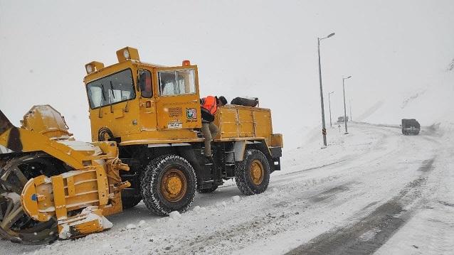 جادههای مازندران گرفتار در برف و ترافیک