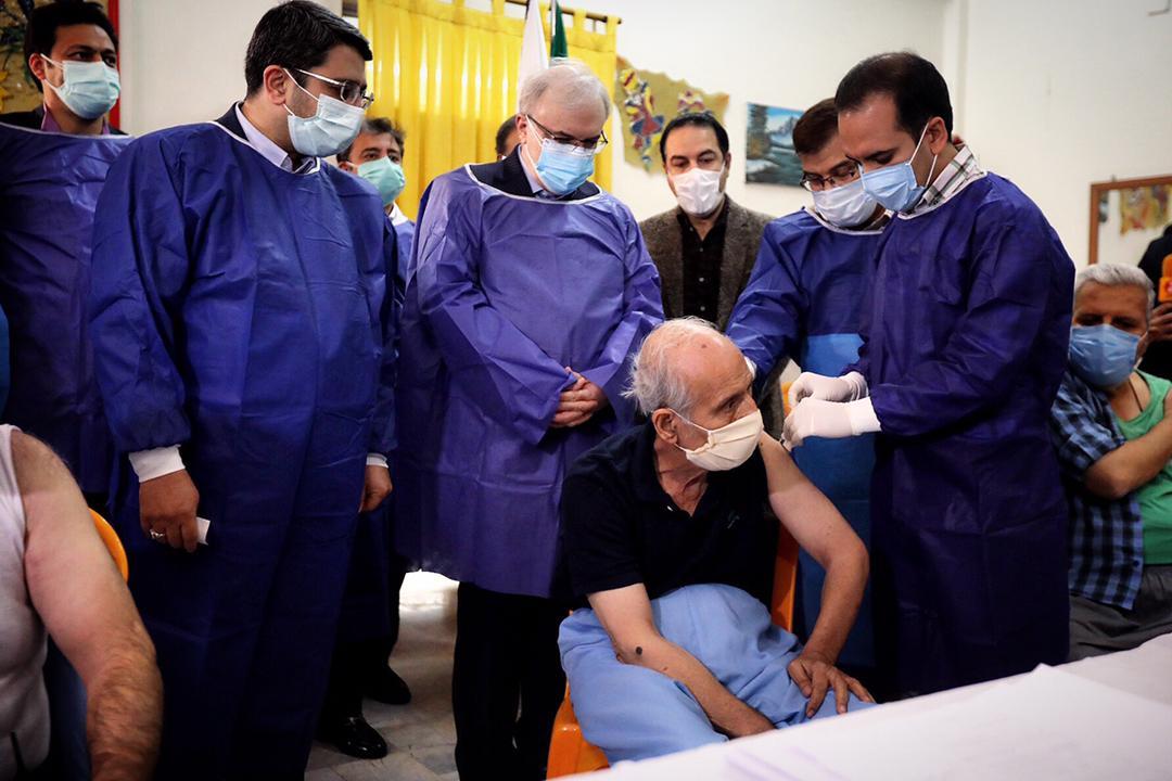 با حضور وزیر بهداشت: واکسیناسیون سالمندان و کارکنان آسایشگاه ها آغاز شد (+عکس)