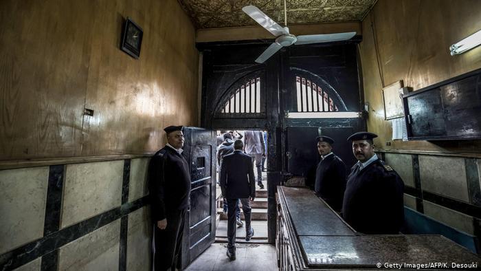 دادستانی مصر درباره مرگ فیلمساز منتقد در زندان: مایع نظافت خورد مُرد