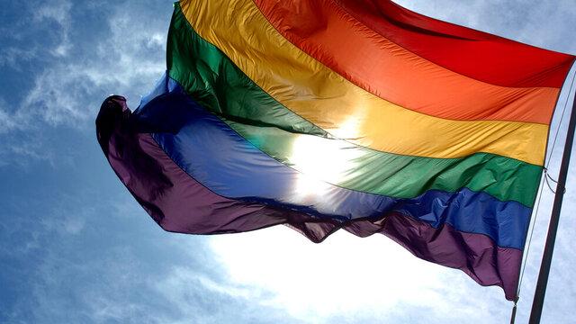 اتحادیه اروپا برای اولین بار پرچم همجنسگرایان را در عراق برافراشت