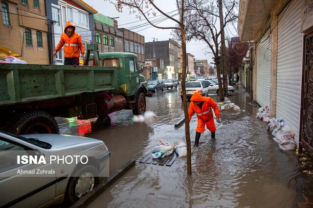 آبگرفتگی برخی منازل غرب تهران در پی بارش باران