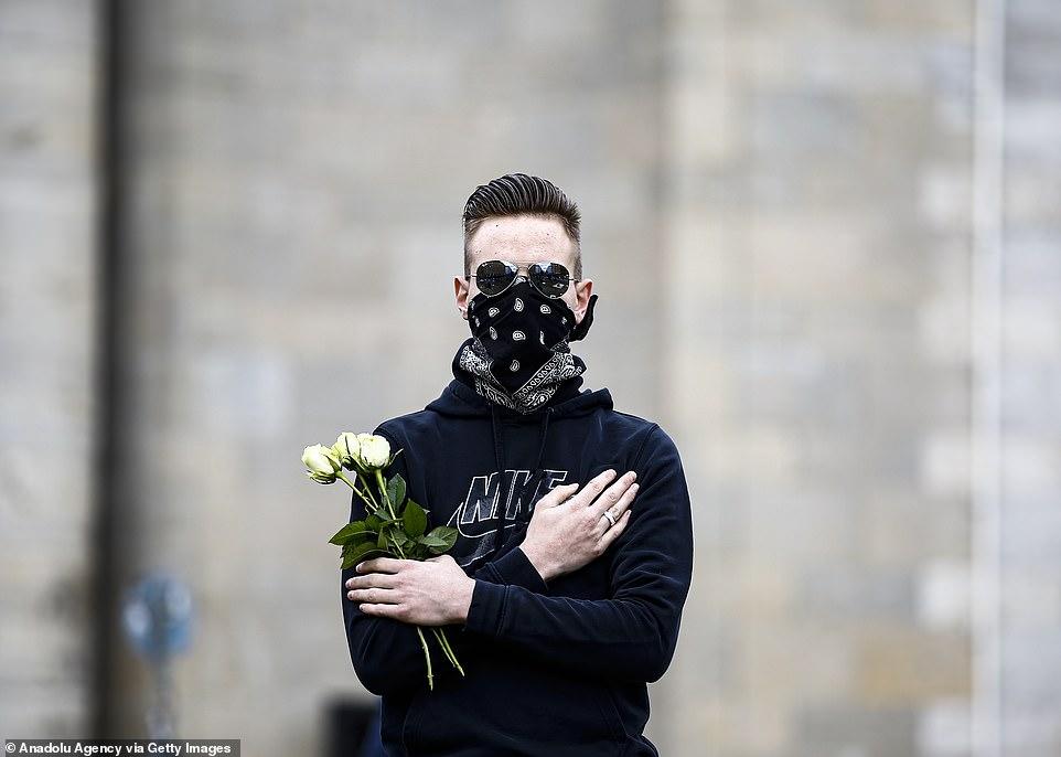 معترض آلمانی با گل رز سفید