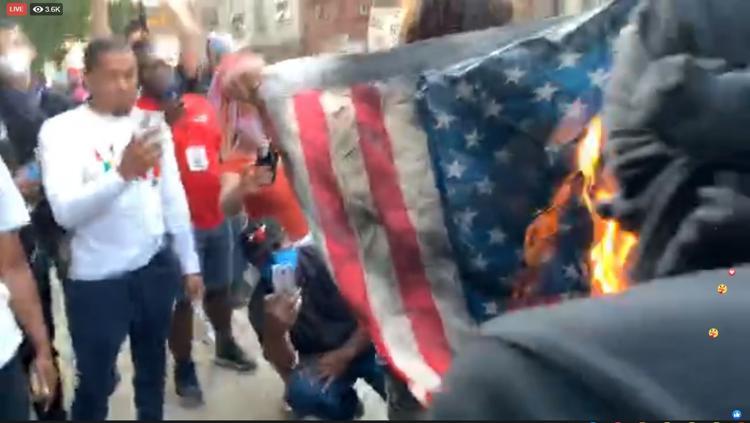 معترضان آمريكايي پرچم آمريكا را آتش زدند (+عكس)