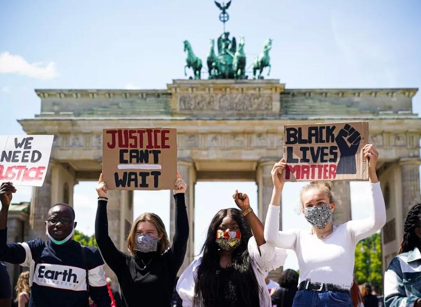 تظاهرات برای مرگ سیاه پوست آمریکایی در برلین