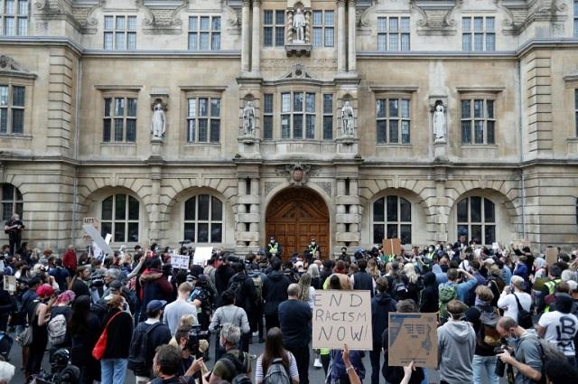 اعتراض بهنماد و مجسمه سرمایه داری بریتانیا