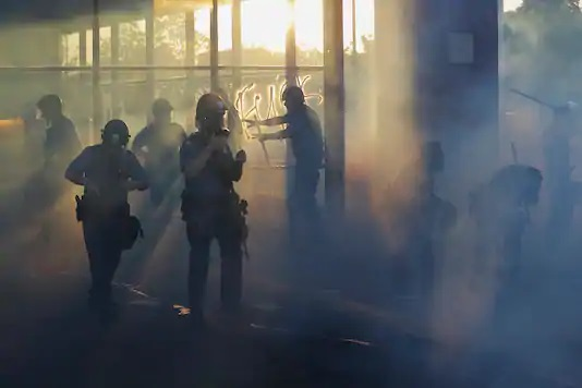 آتش زدن کلانتری در تظاهرات آمریکا
