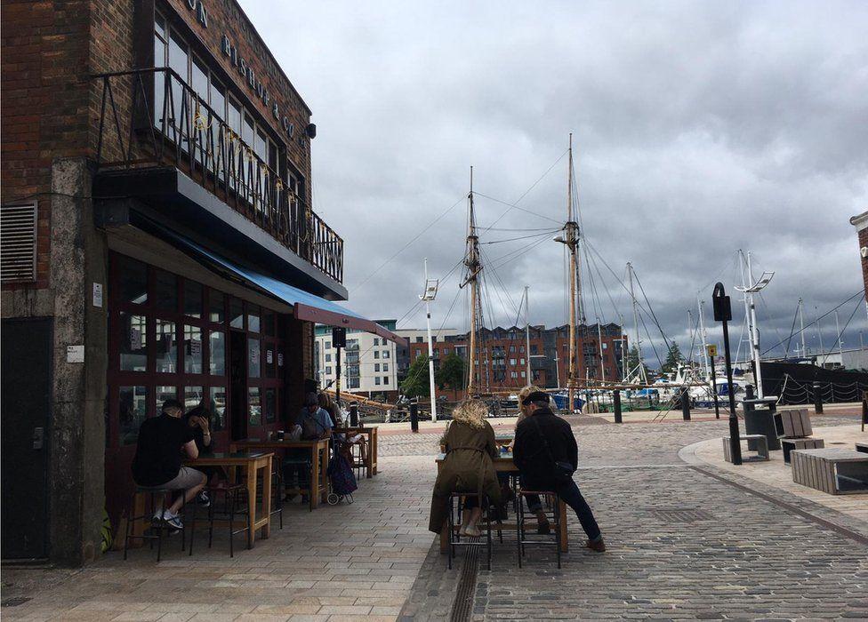 حفظ فاصله اجتماعی در کافه در انگلستان
