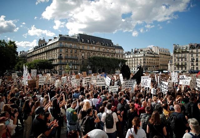 اعتراض زنان به وزیر کشور فرانسه