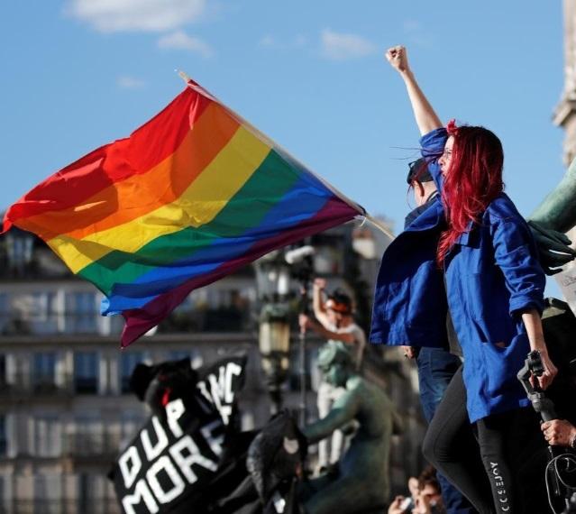 اعتراض زنانه علیه وزیر جدید کشور فرانسه (+عکس)/ دلیل تظاهرات: اتهام تجاوز جنسی