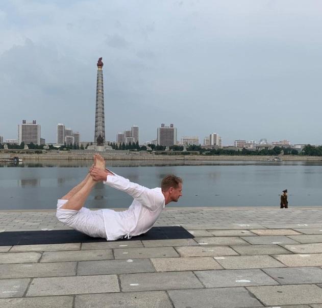 بالانس در خیابانهای کره شمالی: یوگای سفیر سوئد در پیونگیانگ تعطیل (+عکس)