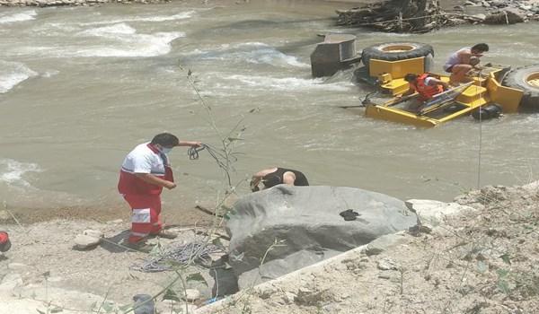 مفقود شدن راننده لودر پس از سقوط در رودخانه چالوس (+عکس)