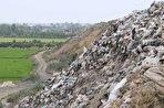 جوی شیرابه در قائمشهر/ ۴۰ سال است که زبالهها در کنار رودخانه تالار دپو میشوند/ احتمال ورود شیرابه به زمینهای کشاورزی (فیلم)