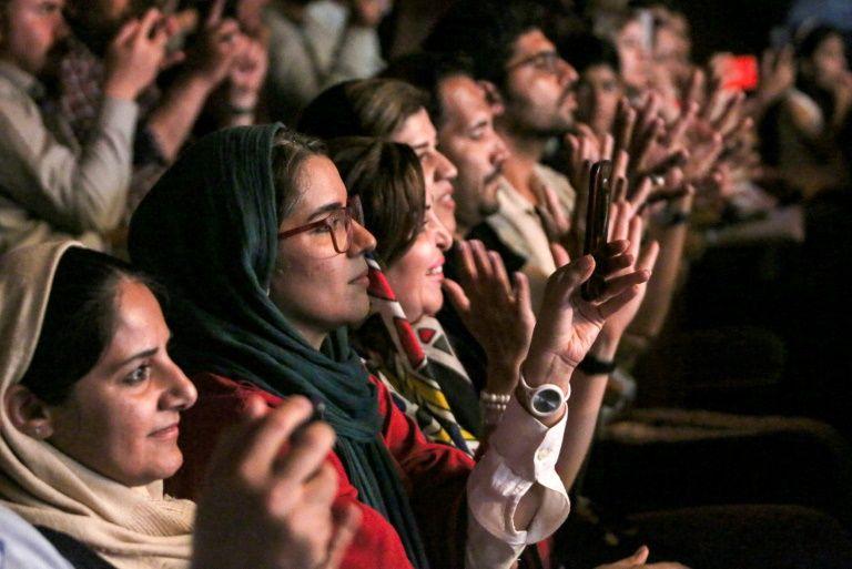 مردان و زنان گروه موسیقی زنان در ایران را تشویق میکنند