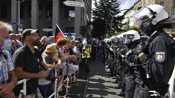 پلیس آلمان تظاهرات هزاران نفره مخالفان ماسک را متفرق کرد
