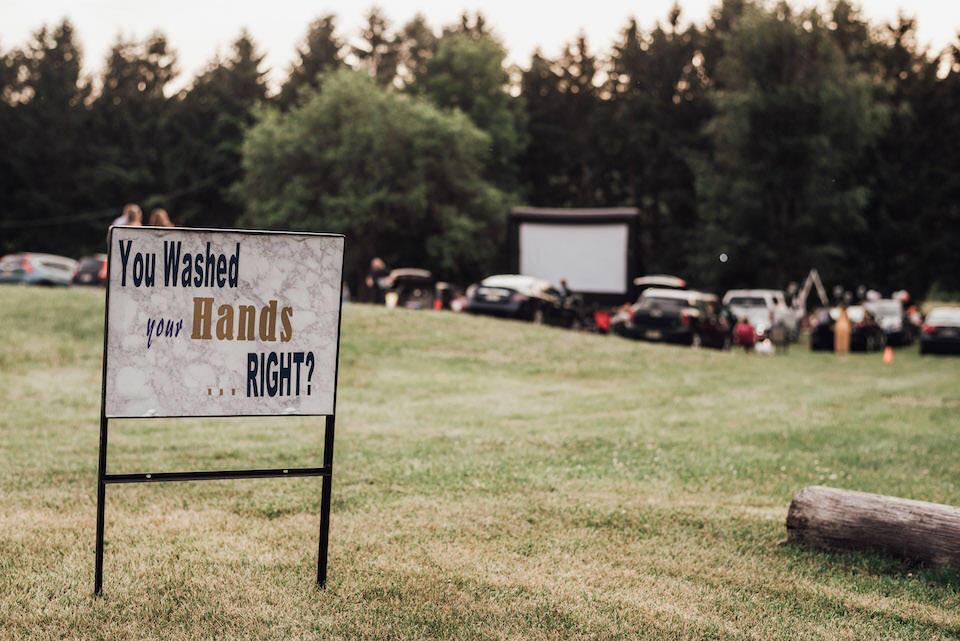 عروسی با تم کرونا؛ از برگزاری در پارکینگ تا توزیع دستبندهای نزدیکم نشو
