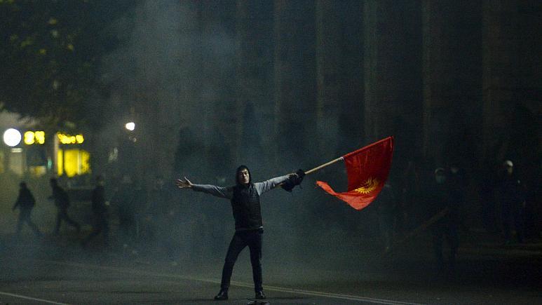 1142855 530 - قرقیزستان/معترضان به نتایج انتخابات رئیسجمهور سابق را آزاد کردند/قطعاینترنت واشغالپارلمان