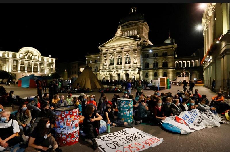 تجمع معترضان به شرایط آب و هوایی