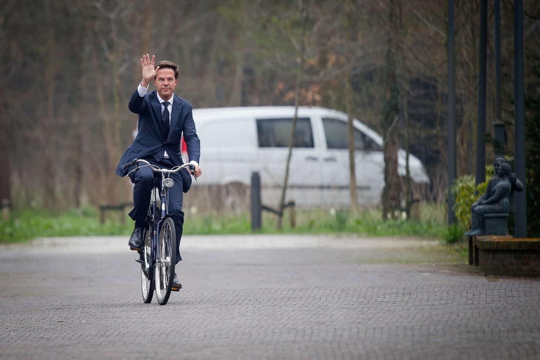نخست وزیر هلند دوچرخه سوار میشود، چون آنجا منطقه صعب العبور ندارد!