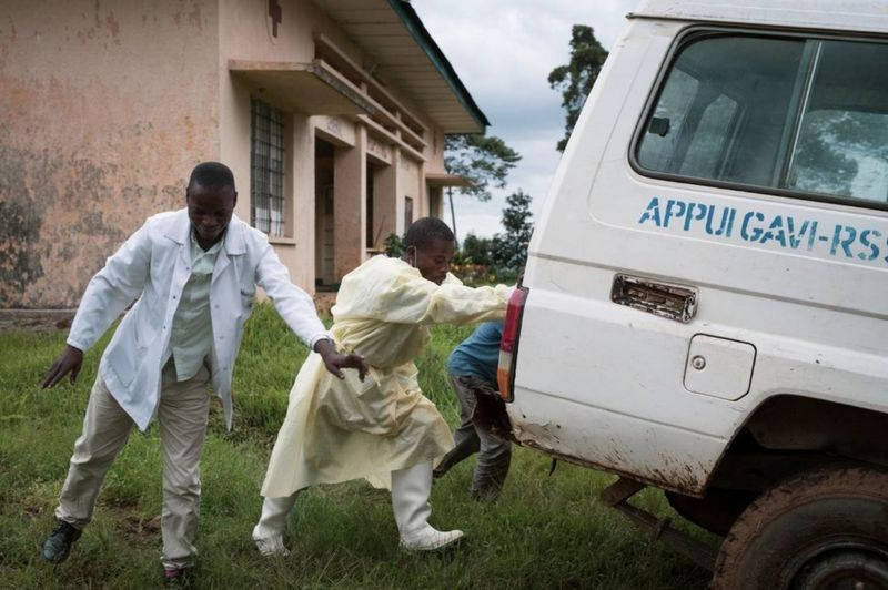 مردم در حال کمک رسانی به  در جمهوری دموکراتیک کنگو