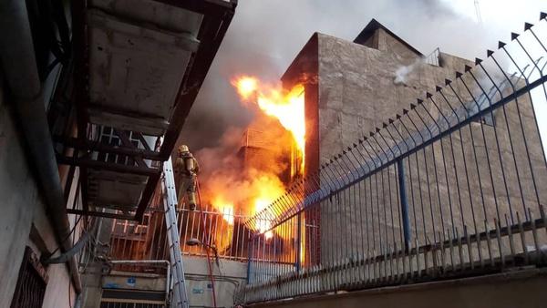 آتشسوزی گسترده در انبار نخ در خیابان جمهوری