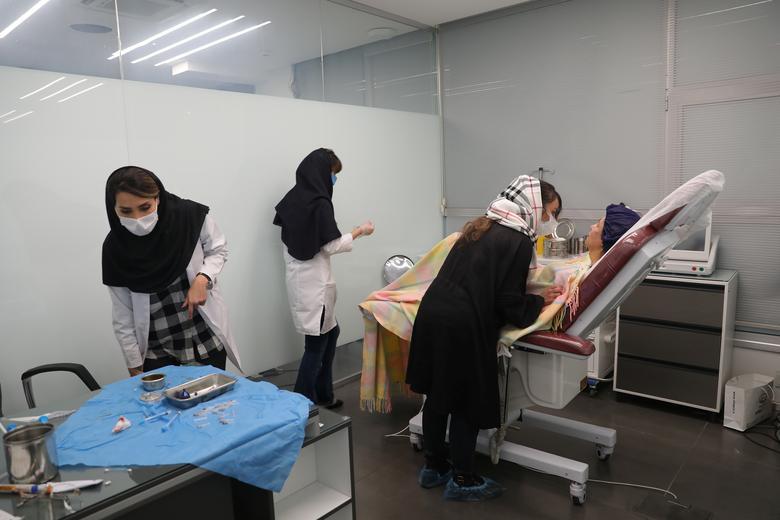 مدلینگ لباس برای قربانی اسیدپاشی ایرانی