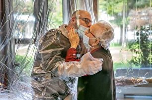 تصویری خاص از اتاق ملاقات سالمندان ایتالیایی